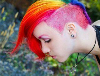 taglio-di-capelli-corti-rasati-lateralmente-colorati-carnavale-2016